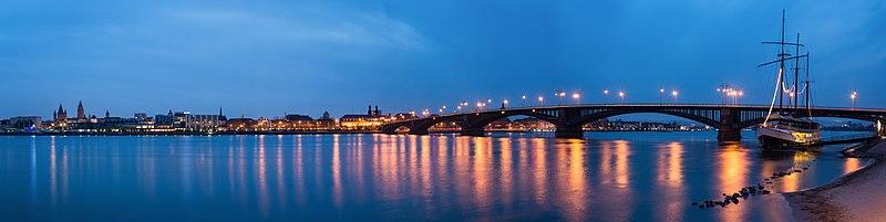 File:Mainz Theodor-Heuss-Bruecke blaue Stunde Panorama.jpg