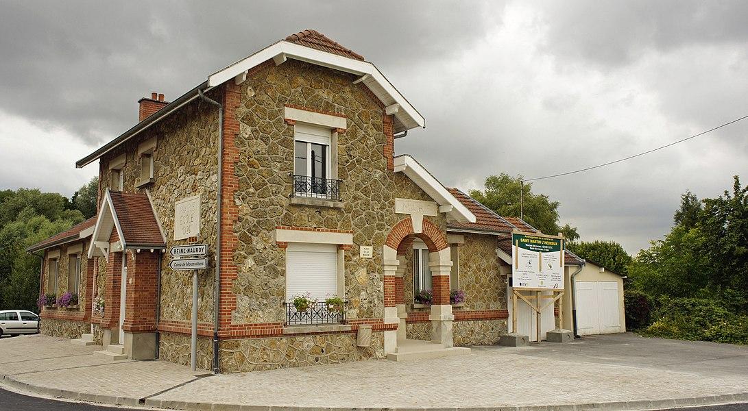 Vue de la mairie à Saint-Martin-l'Heureux.