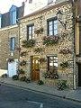 Maison avec fleurs à Fougerès.jpg