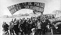 Marcha de peones rurales en el Puerto de Santa Cruz, 1921.jpg