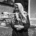 Marija Cek, s staro belo volneno in rdeče rožasto ruto (f?čou) na glavi, okoli vratu tudi črn rožast f?čou, Hrušica 1955.jpg