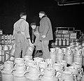 Melkfabriek mannen versjouwen de melkbussen, Bestanddeelnr 252-9461.jpg