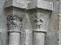 Menet église portail chapiteaux.JPG