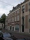 foto van Twee huizen gecombineerd achter een rechte gevel