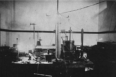 Millikan's setup for the oil drop experiment.jpg