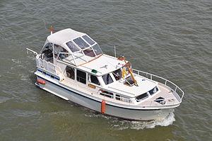 Motorjacht Avance opvarend onder de Merwedebrug (02).JPG