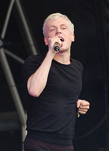 Description de l'image Mr Hudson at Lovebox Weekender 2009 crop.jpg.