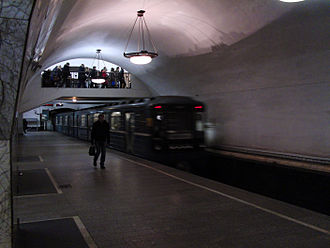 Novokuznetskaya - Station platform with incoming train. Note the upper pass connects with Tretyakovskaya station, served by the Kaluzhsko-Rizhskaya Line and the Kalininskaya Line