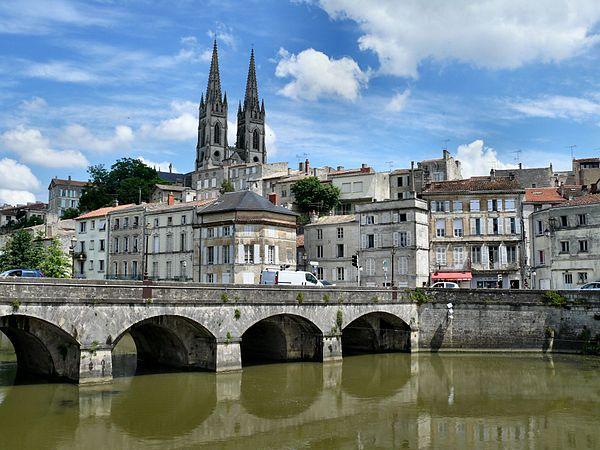 Le centre-ville de Niort vu depuis les quais de la Sèvre niortaise.