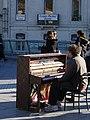 Pianiste en plein air (3576558154).jpg