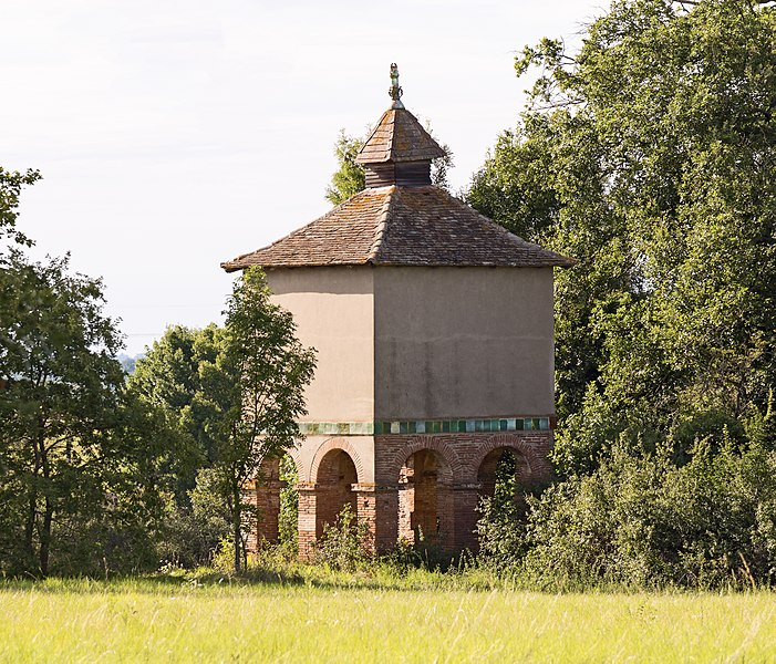 English:  Saint Anatoly de Lanta, Haute-Garonne France. Church Saint Anatoly. Dovecote towers  1619. The ceramic green belt, avoided that rodents can climb.