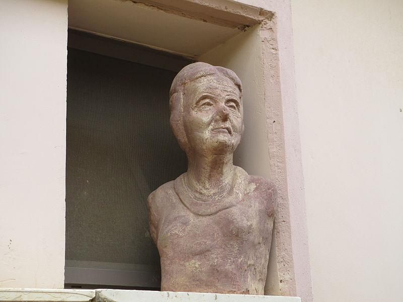 פסל של גולדה מאיר בכפר בלום