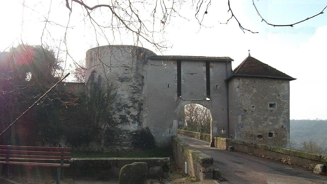 Porte de Liverdun, vue depuis l'exterrieur des remparts, à gauche le fossé, à l'arrière plan à droite la forêt de l'autre côté de la boucle de la Meurthe.