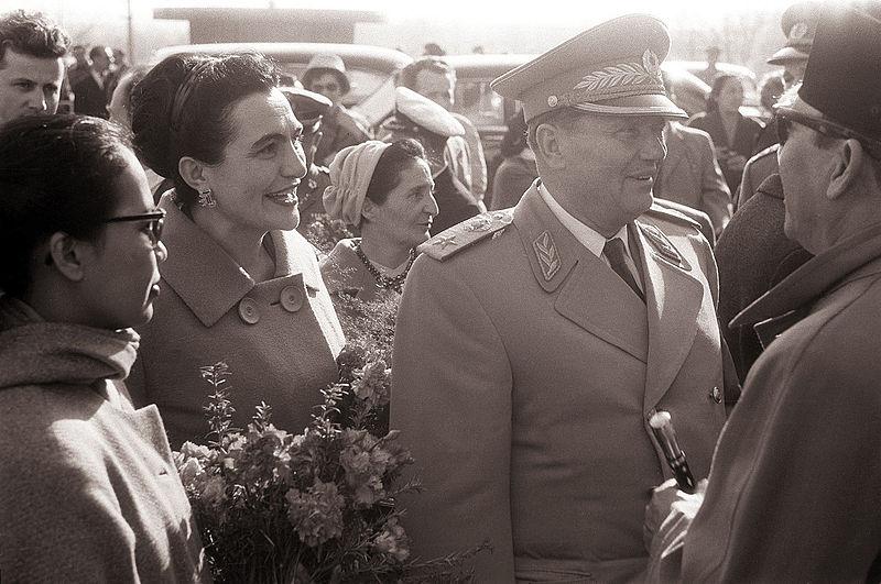 File:Predsednik Tito in Sukarno s soprogama pred Postojnsko jamo 1960.jpg