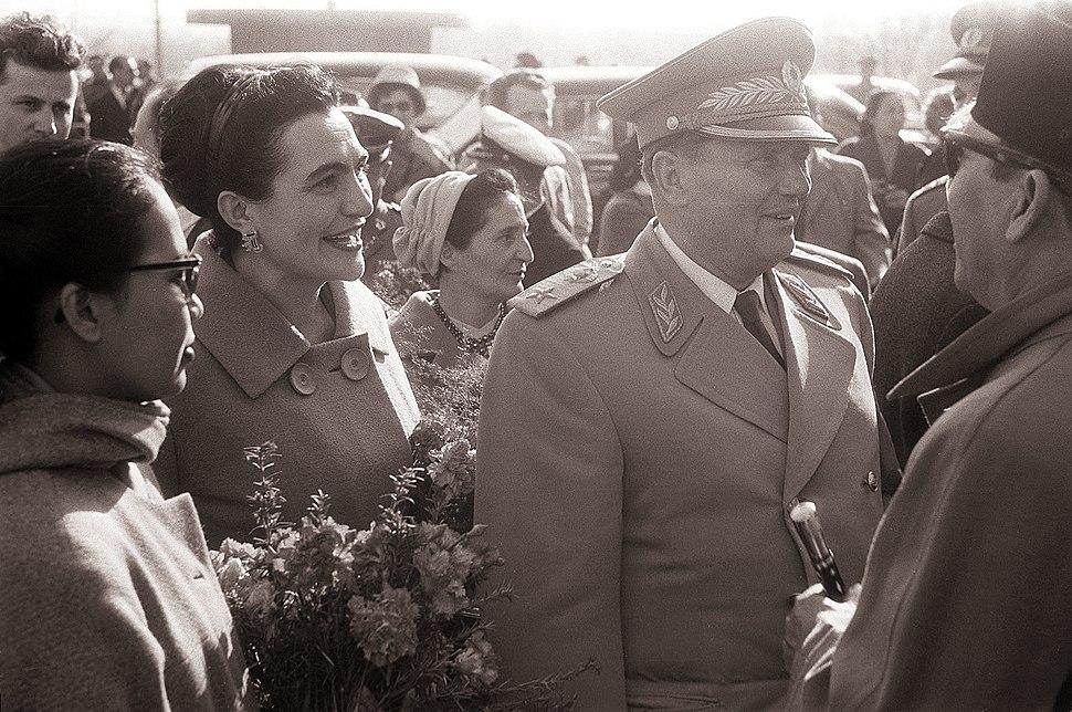 Predsednik Tito in Sukarno s soprogama pred Postojnsko jamo 1960