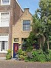 foto van Hoekpand Dijkstraat. Gepleisterde puntgevel met stoep en stoeppaal