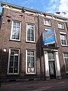 foto van Statig patriciershuis, gevel met rechte kroonlijst met gesneden consoles, houten ingangsomlijsting
