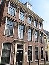 foto van Eenvoudig vijf traveeën breed woonhuis met twee verdiepingen en geblokte kroonlijst