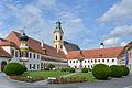 Reichersberg Stift Kirche Brunnen Nordtrakt.jpg