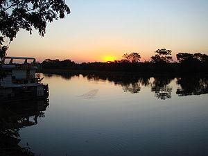 Rio Paraguai passando pelo centro da cidade de...