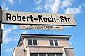 Robert-Koch-Straße in Langenhagen, Straßenschild mit Legende, Robert Koch (1843-1910), Bakteriologe, 1866-68 Anstalts- und Landarzt in Langenhagen, Entdecker von Tuberkel- und Cholerabazillus, 1905 Nobelpreis.jpg