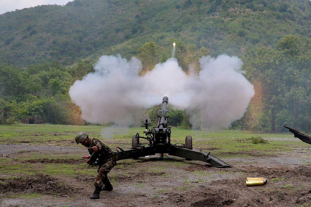 مدفع LG1 عيار 105 ملم من شركة Nexter  1024px-Royal_Thai_Army_firing_LG1_howitzer_with_extended_range_ammunition