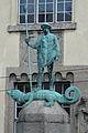 Säulenstatue links LMU Eingang Amalienstraße.JPG