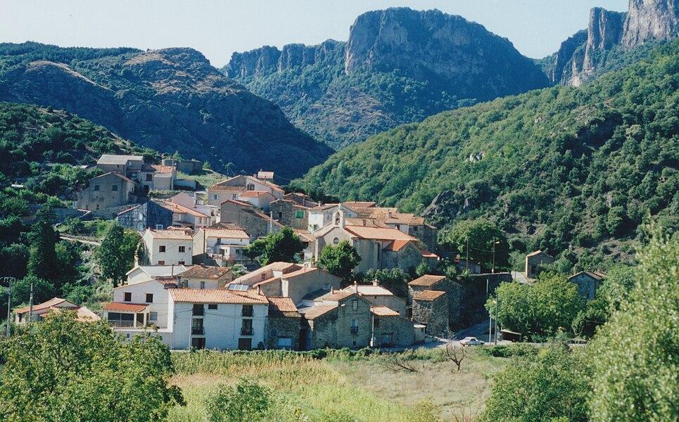 Saint-Geniès-de-Varensal (Hérault) - vue générale sur le village et les falaises d'Olques.