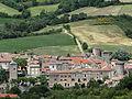 Sainte-Eulalie-de-Cernon - Vue partielle du village et de son rempart.JPG