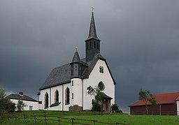 Katholische Filialkirche Sankt Anna in Dipperz-Friesenhausen in Gewitterwolken