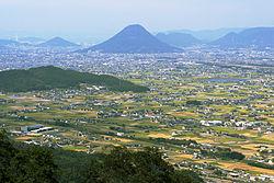 http://upload.wikimedia.org/wikipedia/commons/thumb/2/24/Sanuki-heiya_view_from_Izutama-jinja_Kotohira-gu01s5s4200.jpg/250px-Sanuki-heiya_view_from_Izutama-jinja_Kotohira-gu01s5s4200.jpg
