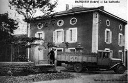 Sardieu, la laiterie, vers 1930, p237 de L'Isère les 533 communes - Merlin phot édit La Cote St André.jpg