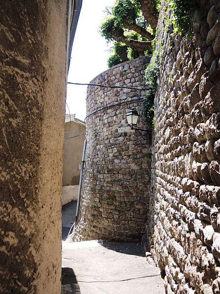 File:Satillieu remparts 1.jpg