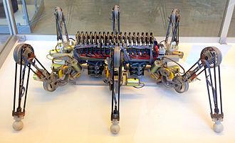 Leg mechanism - Image: Sechsbeiniger Laufroboter LAURON aus dem Jahr 1995 im Deutschen Museum in München entwickelt vom Forschungszentrum Informatik, Karlsruhe