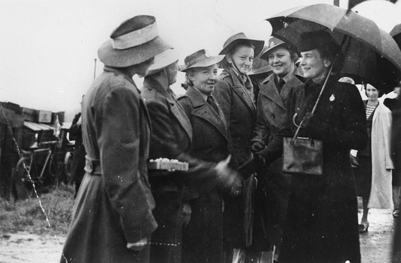 File:StateLibQld 1 175135 Duchess of Gloucester chats with members of the Women's Land Army, Manly, 1945.jpg