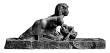 Knielend beeld van Osorkon III die een bark van Seker uit Karnak duwt