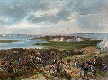 Een vogelperspectief over de Britse artillerielijnen die de haven van Charleston in het midden van de achtergrond belegeren en enkele schoten landen bij de dokken.