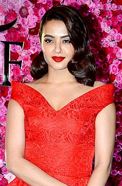 Surveen Chawla celebrities grace Lux Golden Rose Awards 2016 in Mumbai (27) (cropped).jpg