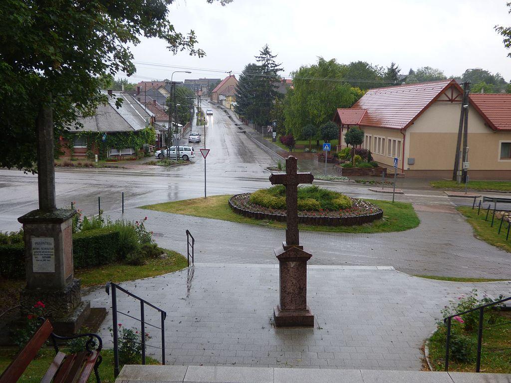 A településközpont a templom felől nézve