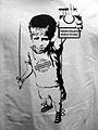 Tabakindustrie ködert Kinder, T-Shirt-Detail mit einem an Leinen gegängelten Kind mit Zigarettenschachtel, zur Eröffnung der Bar ZENSURFREI, Asternstraße 15, 30167 Hannover.jpg