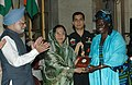 The President of India, Smt. Pratibha Devisingh Patil giving away the Indira Gandhi Award for Peace, Disarmament and Development to Prof. Wangari Mathai of Kenya in New Delhi on November 19, 2007.jpg