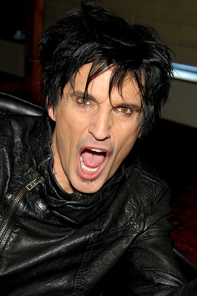 The 54-year old son of father David Lee Thomas Bass and mother Vassiliki Papadimitriou, 189 cm tall Tommy Lee in 2017 photo