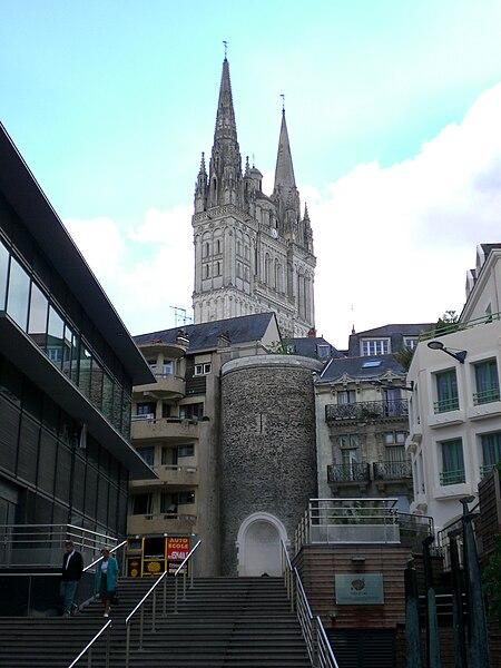 Fichier:Tour Villebon, cathédrale Saint-Maurice et place de la République - Angers - 20060926.jpg