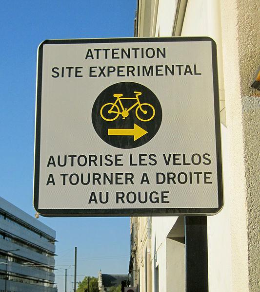 File:Tourne a droite panneau expérimentation.jpg