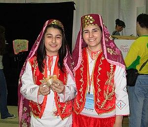 Turkų mergaitės tautiniais rūbais