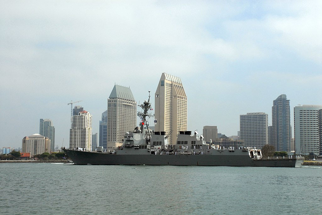 File:US Navy 070621-N-9909C-006 Guided-missile destroyer USS ...