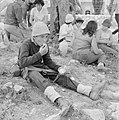Uitstapje van jeugd uit een kibboets. Een groepje jongeren in de schaduw van een, Bestanddeelnr 255-4494.jpg