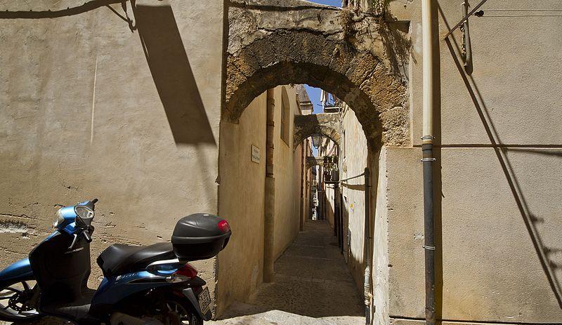 File:Via Purgatorio, Cefalù PA, Sicily, Italy - panoramio.jpg