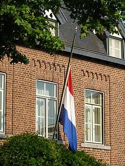 Vlag halfstok aan een huis tijdens de dag van nationale rouw op 23 juli 2014