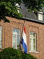 Vlag halfstok aan een huis tijdens de dag van nationale rouw op 23 juli 2014.JPG